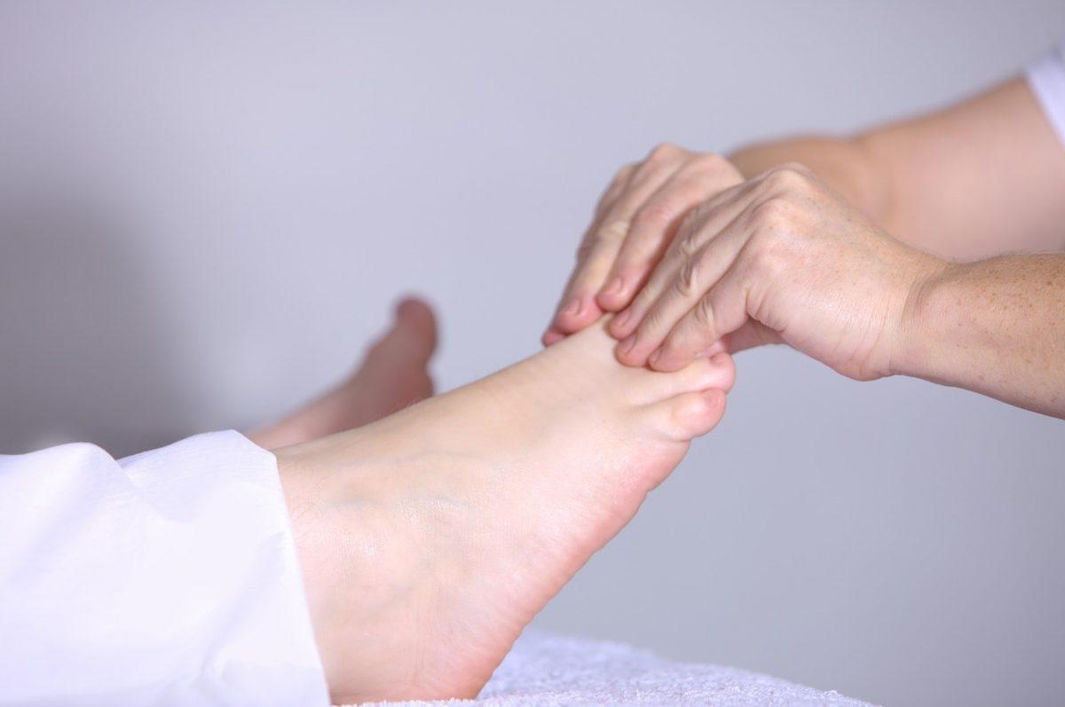 足をマッサージされている人